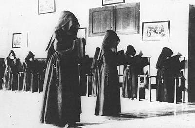 veiled-carmelite-nuns-1__800xx.jpeg