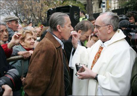 Pope-Francis-communion