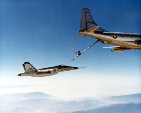 YF-17_Cobra_refueled_by_KC-97L2
